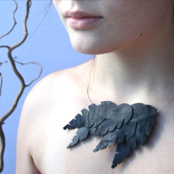 Musta kaulakoru rengas lehti sinivuokko