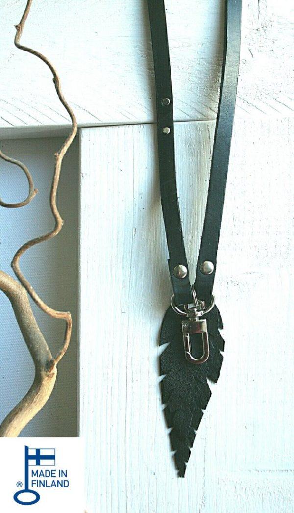 Avainkaulanauha musta nahkanauha ja mustat lehdet