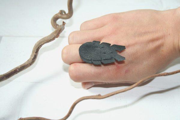 lehti-sormus-black-musta-leaves-ring-handmade-finnishdesign-sinivuokko