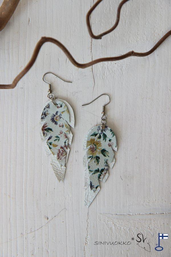 Valkoinen kukka korvakorut sinivuokko kierrätyskorut kotimainen korumerkki lehtikorut sulkakorut boheemi