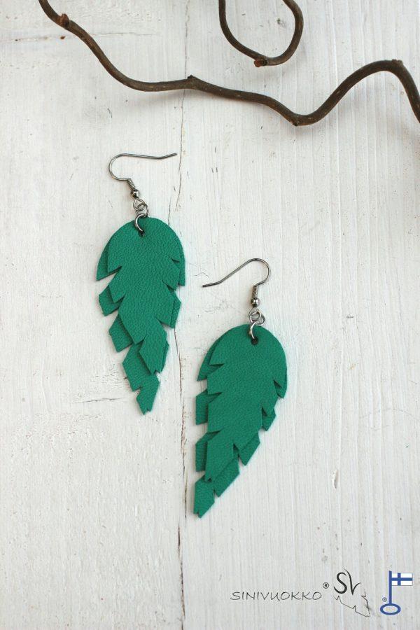 Vihreä korvakorut sinivuokko kierrätyskorut kotimainen korumerkki lehtikorut sulkakorut boheemi