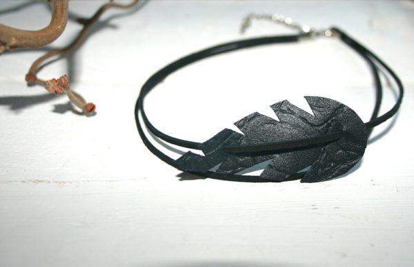 musta-pattern-black-choker-käsikoru-sinivuokko